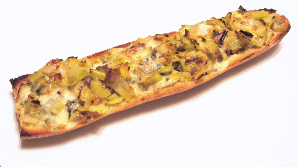 Crostoni ai porri e formaggio blu